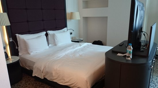 DoubleTree by Hilton Istanbul - Moda: room bed