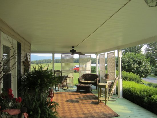 Piney Hill Bed & Breakfast: The front porch