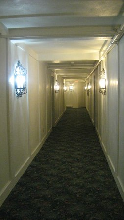 The Inn At Versailles: Hallway leading to our room