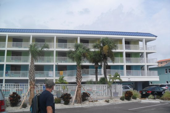 Pelican Pointe Hotel and Resort: front of hotel
