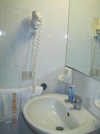 Hotel Sporting Baia: Clean bathroom