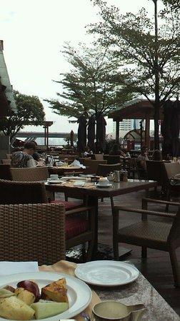 Shangri-La Hotel,Bangkok : オープンエアーの朝食がとれるレストラン