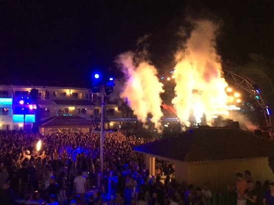 Ushuaia Ibiza Beach Hotel: View from my room towards the stage area.