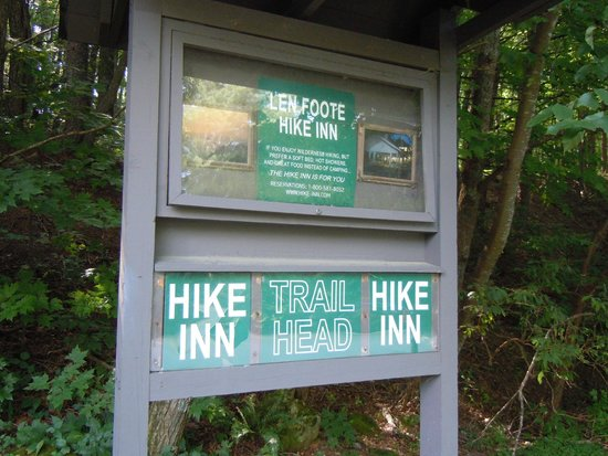 Len Foote Hike Inn: Sign for the trail to the Hike Inn