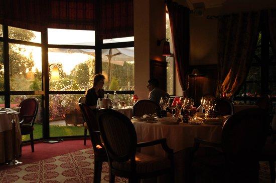 Hostellerie La Briqueterie : soleil couchant dans la salle à manger