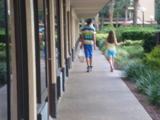 Rosen Inn at Pointe Orlando : walk to the room
