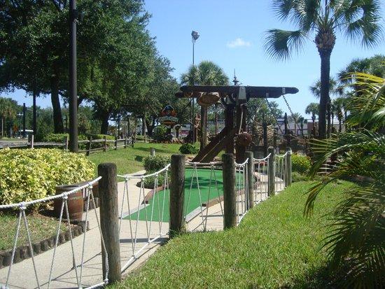 Rosen Inn at Pointe Orlando: pirate golf a walk up the rd