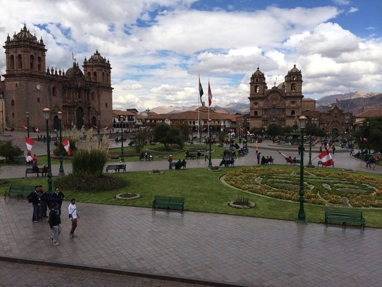 Plaza de Armas: Comiendo desde un balcón de la plaza