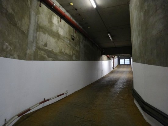 Ibis Styles Poitiers Centre : Way into garage