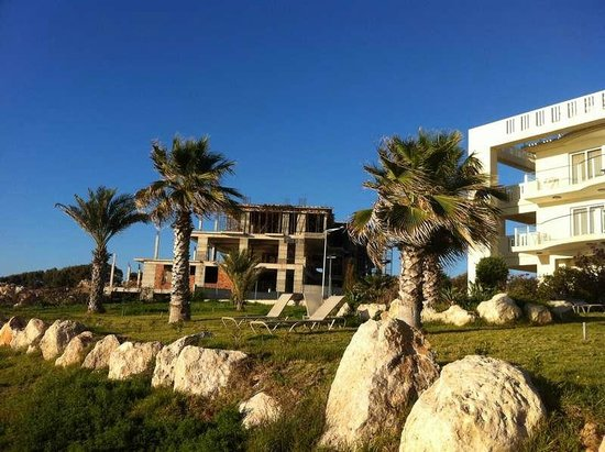 Capital Coast Resort & Spa: Стройка рядом с отелем