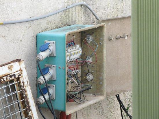 Frontignan, France : L'installation électrique ouverte à la pluie, vue de la chambre