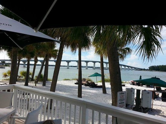 DreamView Beachfront Hotel & Resort: Lovely private beach near the Sand Key bridge