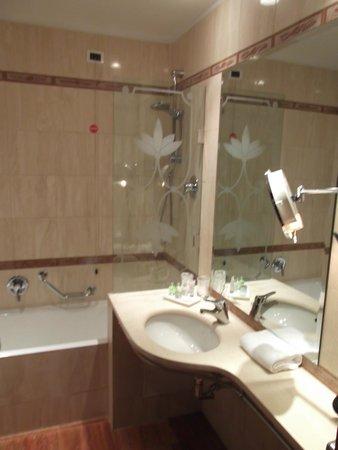 NH Milano Machiavelli : Baño limpio con muchos detalles