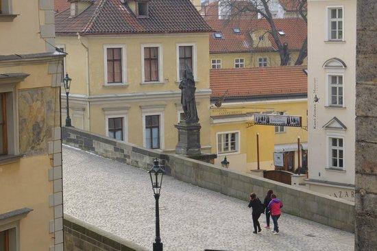 Hotel Pod Vezi: vista di ponte Carlo dalla finestra della camera