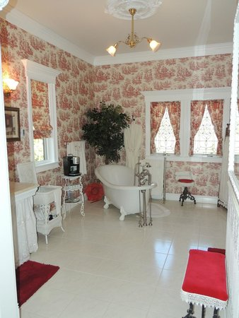 Tin Lizzie Inn: La salle de bain avec baignoire à remous et machine à café