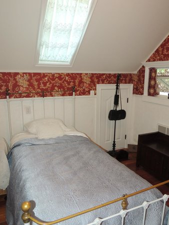 Tin Lizzie Inn : La chambre enfant avec draps brodés