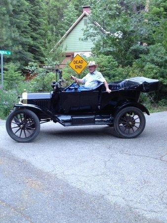 Tin Lizzie Inn : Le propriétaire avec sa voiture d'époque