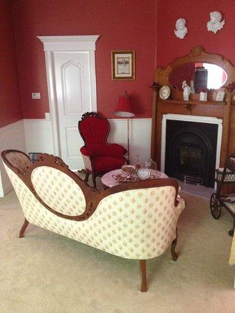Tin Lizzie Inn : Le coin salon-cheminée avec derrière la porte de la chambre enfant