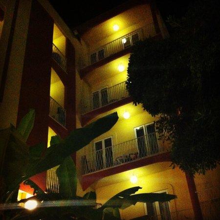 Hotel Resort Marinella : Hotel Marinella di sera, dal Giardino interno