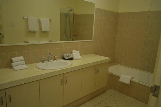 Best Western Northbridge Apartments : bathroom