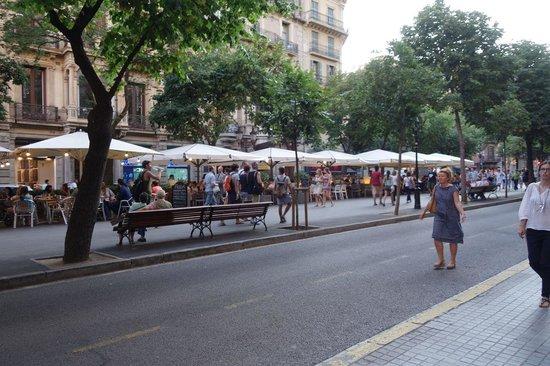 Aspasios Rambla Catalunya Suites: Avenue outside apartment