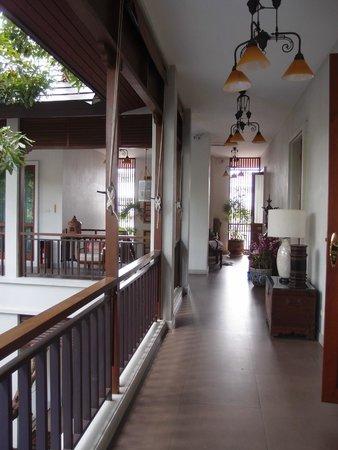 Baan Klang Wiang: corridor