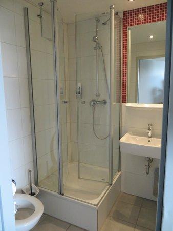 MEININGER Hotel München City Center: clean bathroom