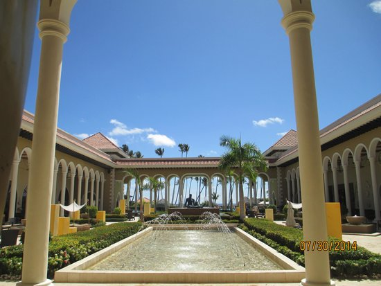 Paradisus Palma Real Golf & Spa Resort: From the lobby you can see right out to the ocean!