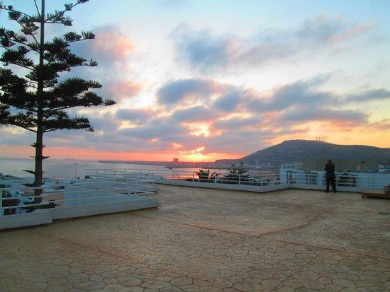 Anezi Tower Hotel: Widok z tarasu restauracji na Marinę i Starą Kazbę