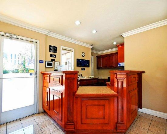 Super 8 Monterey/Carmel : Guest Registration Desk