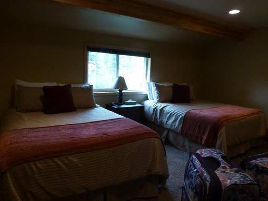 McKinley Creekside Cabins: awesome beds