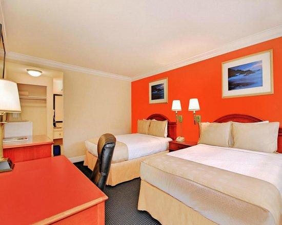 Super 8 Monterey/Carmel : Standard Two Queen Bed Room