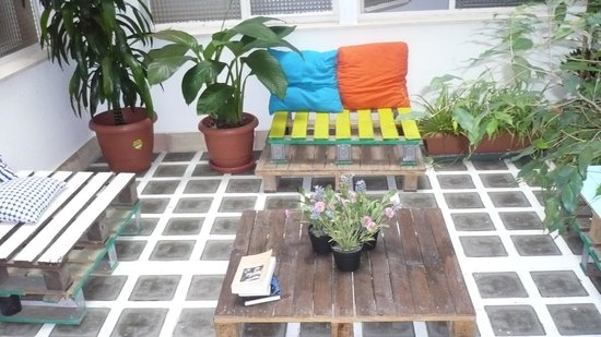 The Boutike Hostel : patio