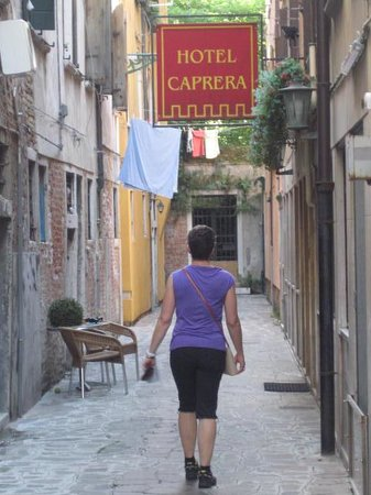 Hotel Caprera: Quiet lane.