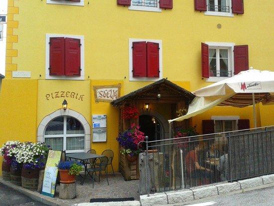 Pizzeria La Sgeva: ingresso del locale