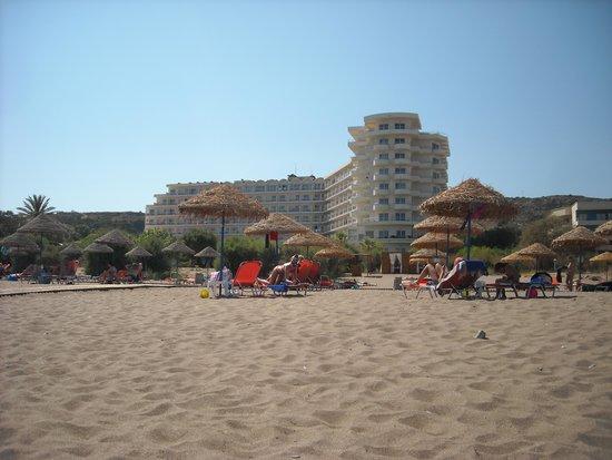 Pegasos Beach Hotel : hotel visto dalla spiaggia