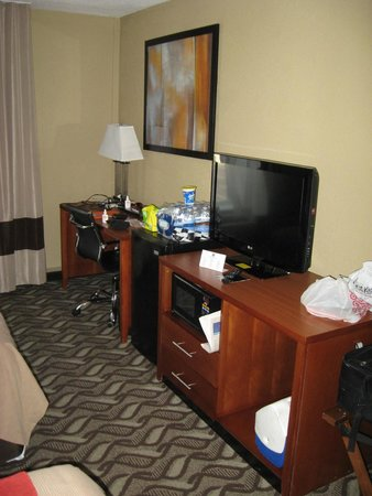 Rodeway Inn I-95 North: Part of room with desk area.