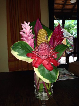 Sleeping Giant Lodge: Beautiful flowers in our room!