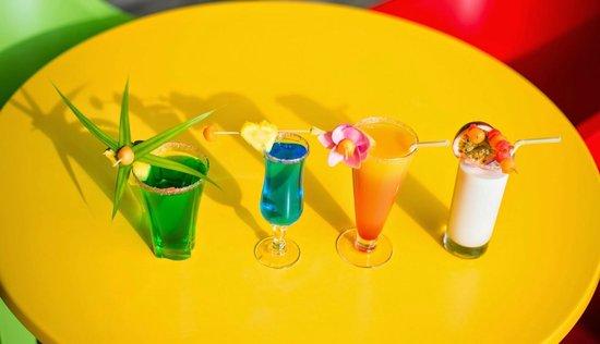 Canella Beach Hotel-Restaurant : Assortiments de cocktails au bar