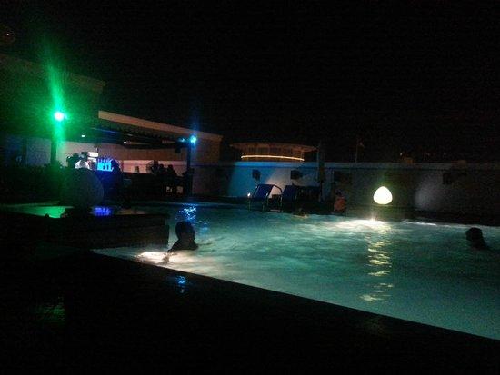 Ramada Jumeirah : Swimming Pool at night