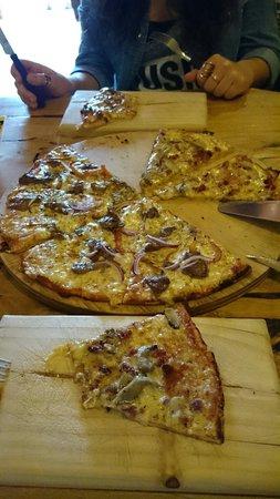Pizzeria El Charrua: Pizza mixta familiar (de la casa y calabresa)