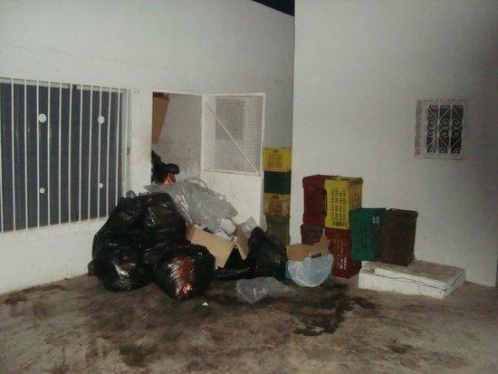 Samira Club: Poubelle sous la fenêtre de la chambre A 916