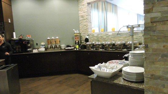Best Western Premier Miami International Airport Hotel & Suites: Bancada do Café da Manhã no Restaurante