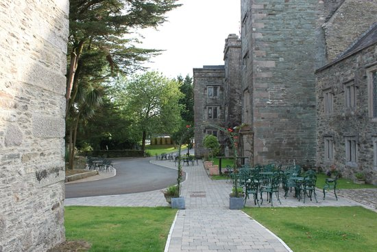 Boringdon Hall Hotel and Spa: The front of the hotel from the courtyard doorway
