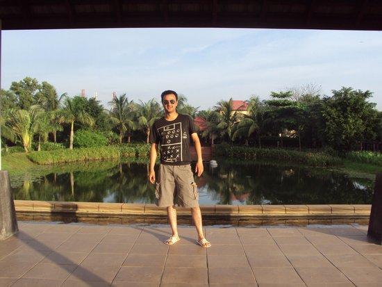 Radisson Blu Dhaka Water Garden : lake behind the pool