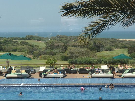 Sofitel Essaouira Mogador Golf & Spa : Pool, 10th fairway, and ocean
