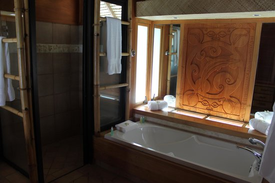 Bora Bora Pearl Beach Resort & Spa : bathtub