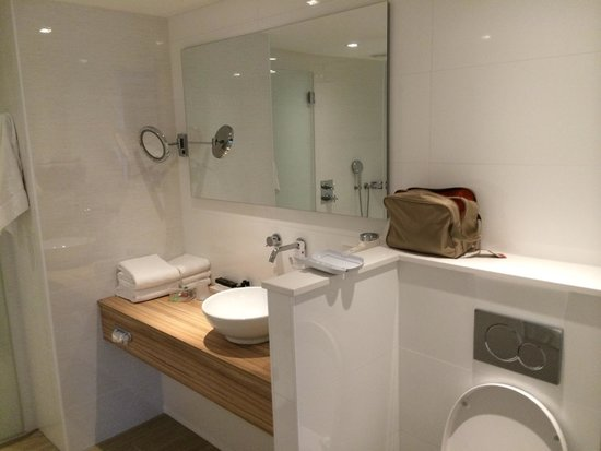 Badkamer standaardkamer - Foto van Van der Valk Hotel Assen, Assen ...