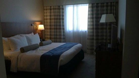 Riviera Marriott Hotel La Porte de Monaco : Huge bed
