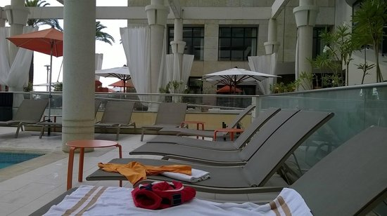 Riviera Marriott Hotel La Porte de Monaco : Plenty of loungers